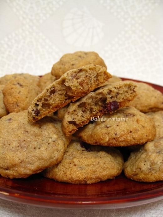 aviziniai-sausainiai-su-spanguolemis-ir-riesutais
