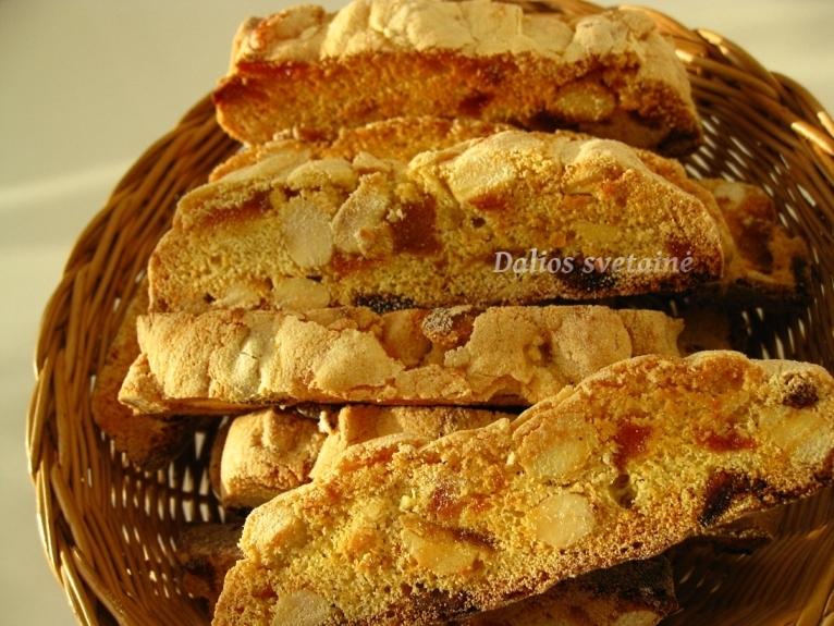 Biscotti. su migdolais, abrikosais ir kriausemis