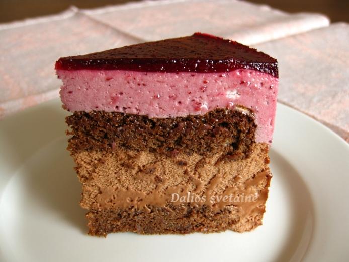 Šokoladinis tortas su bruknių ir šokolado putėsiais