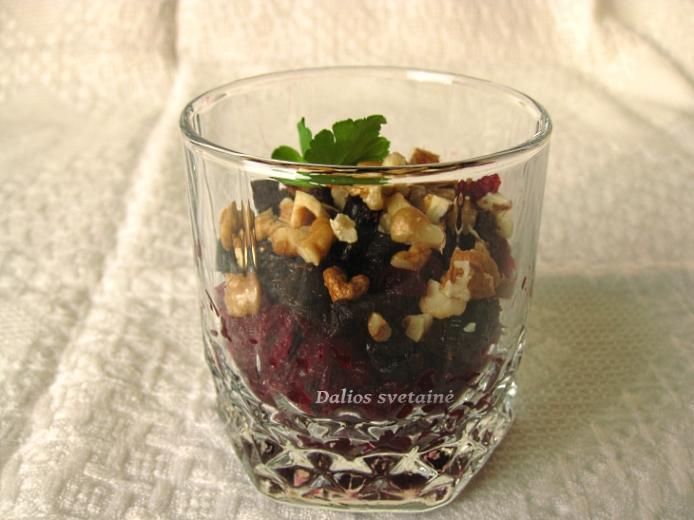Burokeliu salotos su riesutais ir slyvomis