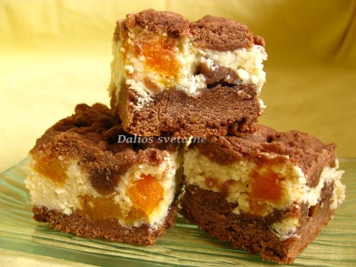 Kakavinis pyragas su varške ir džiovintais abrikosais
