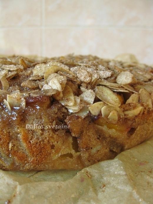 Persiku pyragas su cinamonu