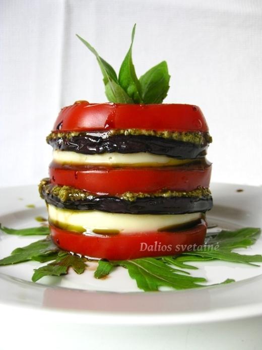 Pomidoru bokst. su baklazanais ir pesto padazu