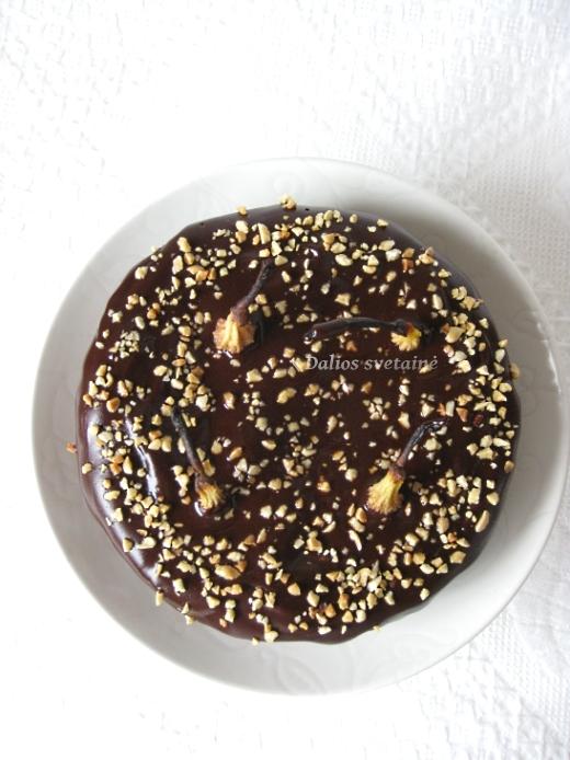 sokoladinis-pyragas-su-riesutais-ir-kriausem